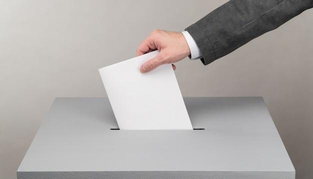 Elezioni presidenziali e parlamentari l'elettore getta la scheda nell'urna
