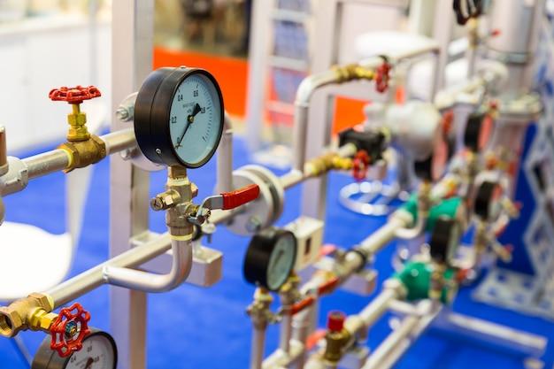 Manometro, valvole sulla tubazione, circuito di riscaldamento