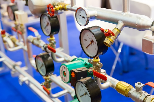 Manometro, valvole sulla tubazione dell'acqua, circuito di riscaldamento