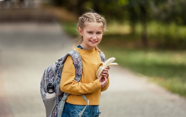 Preteen studentessa con zaino