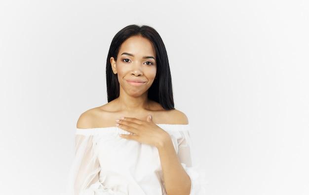 Bella donna africana aspetto abito bianco aspetto attraente sfondo chiaro