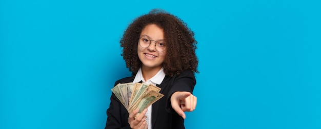 Ragazza abbastanza afro di affari dell'adolescente con le banconote del dollaro