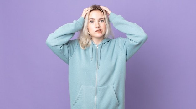 Bella donna albina che si sente frustrata e infastidita, malata e stanca del fallimento, stufo di compiti noiosi e noiosi