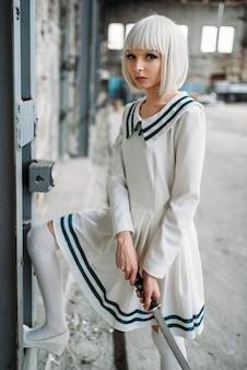 Bella ragazza anime con spada, bambola con lama