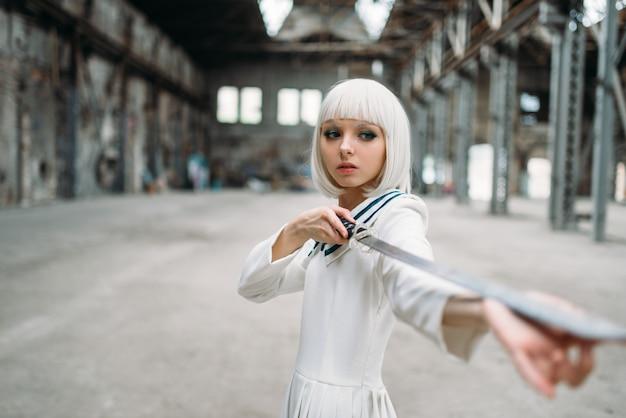 Bella donna bionda in stile anime con la spada