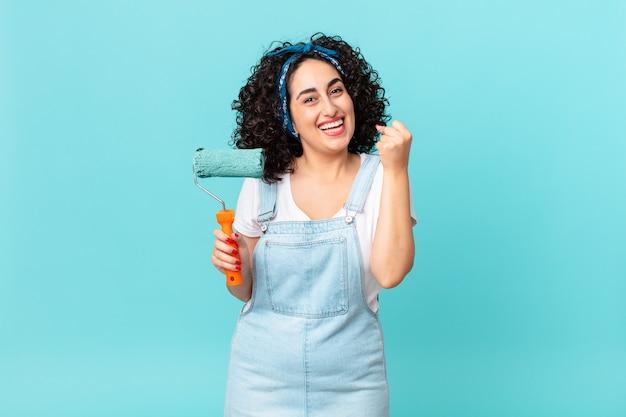 Bella donna araba che si sente scioccata, ride e celebra il successo. dipingere il concetto di casa