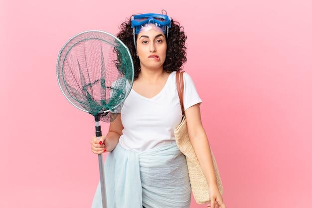 Bella donna araba che sembra perplessa e confusa con gli occhiali. concetto di pescatore