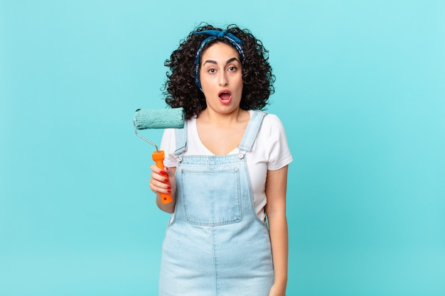 Bella donna araba che sembra molto scioccata o sorpresa. dipingere il concetto di casa