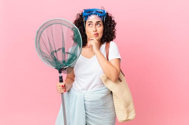 Bella donna araba che pensa, si sente dubbiosa e confusa con gli occhiali. concetto di pescatore