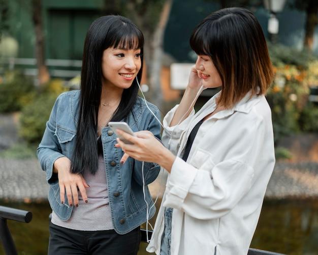 Ragazze abbastanza asiatiche divertendosi insieme