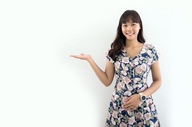 Mano aperta della donna abbastanza asiatica per presentare il prodotto su sfondo bianco isolato (includere il percorso)