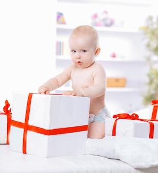 Pretty baby gioca con scatole regalo
