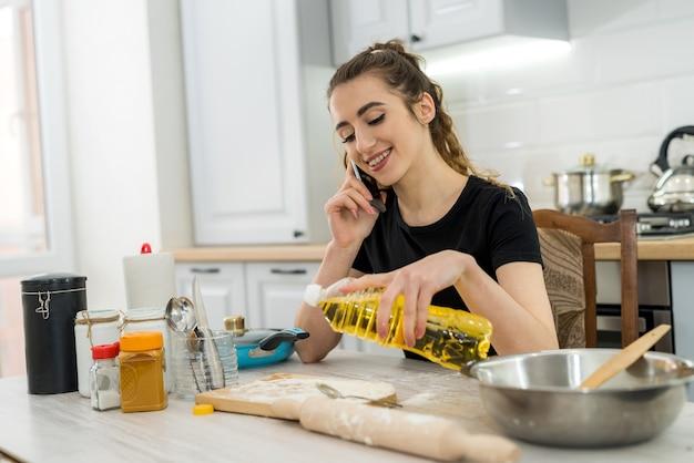 Signora abbastanza bella ha cucinato la cena sul tavolo della cucina. cibo salutare