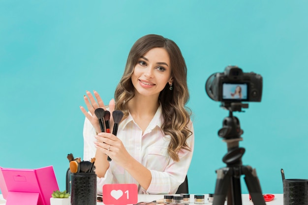 Blogger grazioso che registra video di trucco