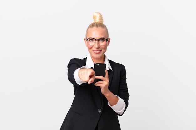 Donna d'affari abbastanza bionda con uno smartphone