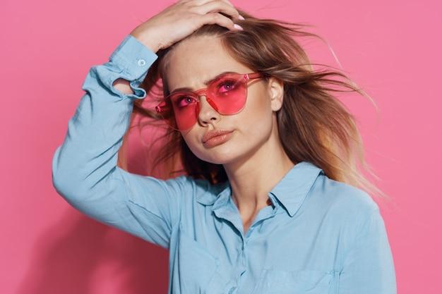Bella bionda in occhiali rosa moda lusso sfondo isolato