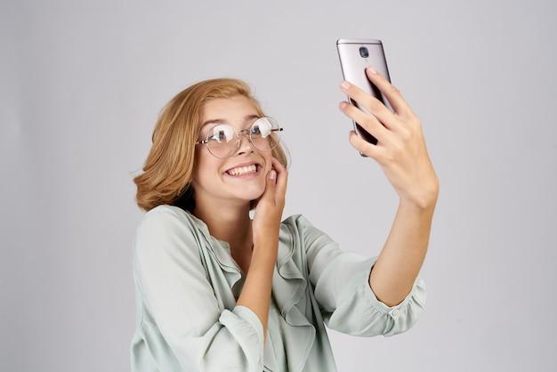 Bella bionda con studio di comunicazione di tecnologia del telefono. foto di alta qualità