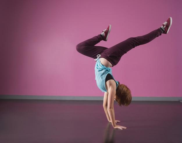 Pretty break dancer facendo una verticale