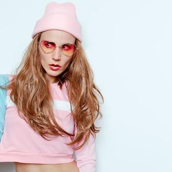 Bella ragazza bruna. autunno - abito primaverile, tendenza hipster party girl swag fashion beanie. occhiali da sole glamour cuore