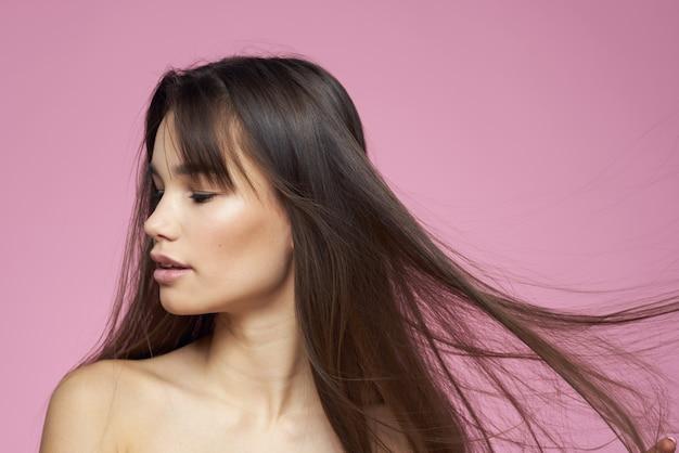 Bella bruna spalle nude pelle chiara rosa.