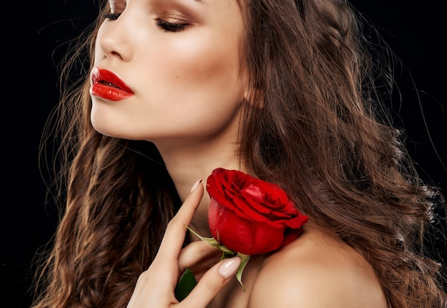 Bella bruna spalle nude rosa rossa brillante passione per il trucco