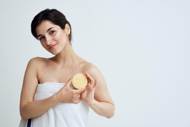 Pelle pulita della doccia di igiene della spugna graziosa del brunette