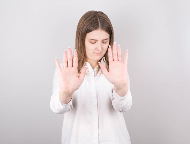 Donna abbastanza caucasica con espressioni serie ti chiede di essere calmo e attento, segnale di stop