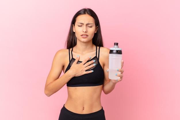 Bella donna in forma con una bottiglia d'acqua