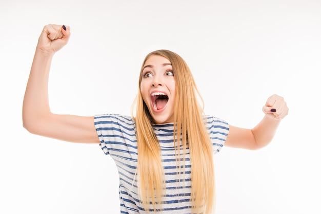 La bella ragazza celebra la sua vittoria