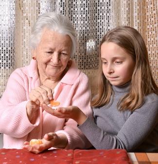 Bella ragazza che dà i mandarini a sua nonna