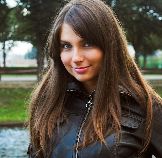 Bella ragazza nel parco giorno d'autunno