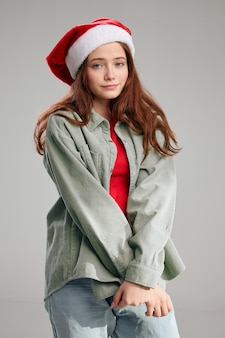 Bella ragazza in protezione del partito su sfondo grigio vista ritagliata. foto di alta qualità