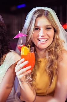 Bella ragazza con cocktail