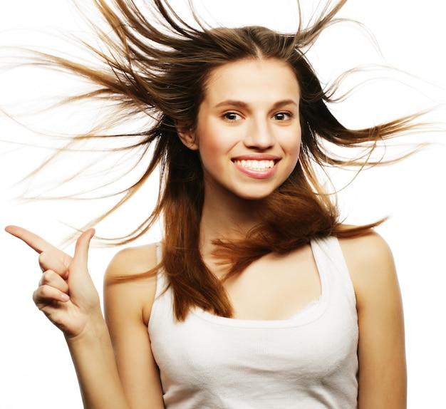 Bella ragazza con dei bei capelli svolazzanti. su sfondo bianco