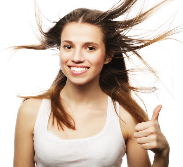 Bella ragazza con dei bei capelli svolazzanti. su sfondo bianco Foto Premium