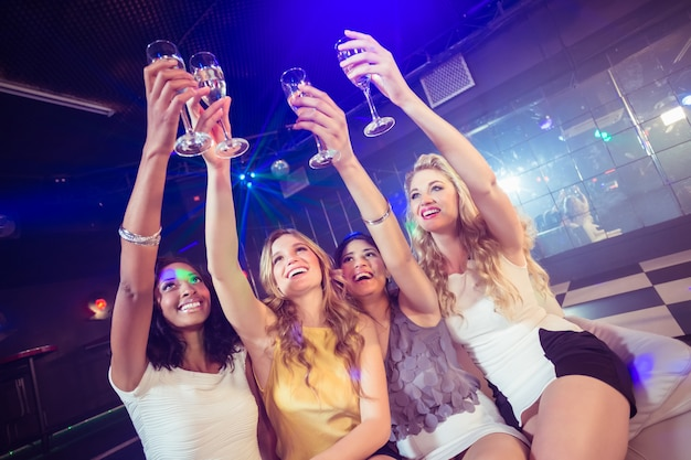 Belle ragazze che tengono il bicchiere di champagne