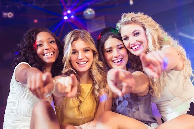 Belle ragazze che indicano con il dito