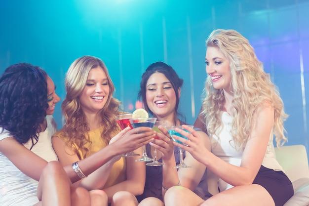 Belle ragazze con cocktail