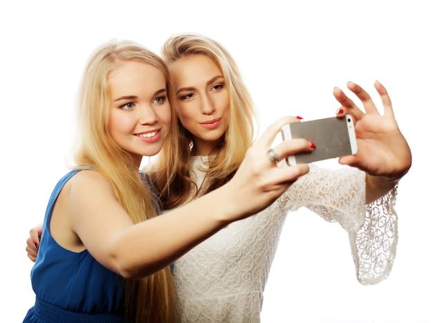 Ragazza graziosa che prende selfie. isolato su sfondo bianco.