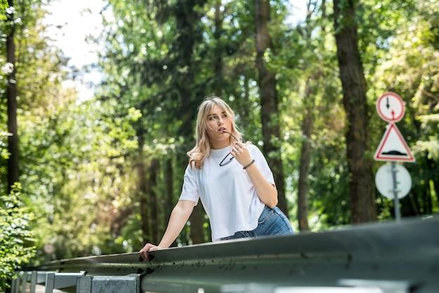 Donna abbastanza felice che trascorre il suo tempo nel parco verde