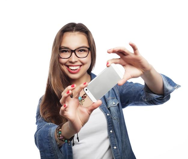 Ragazza graziosa hipster prendendo selfie