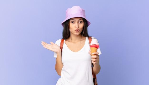Turista piuttosto ispanico che si sente perplesso e confuso e dubita e tiene in mano un gelato