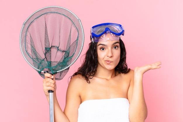 Bella donna ispanica che si sente perplessa e confusa e dubita degli occhiali e della rete da pesca