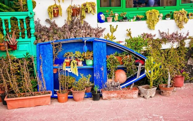 Bella decorazione della casa con la vecchia barca a lanzarote, isole canarie