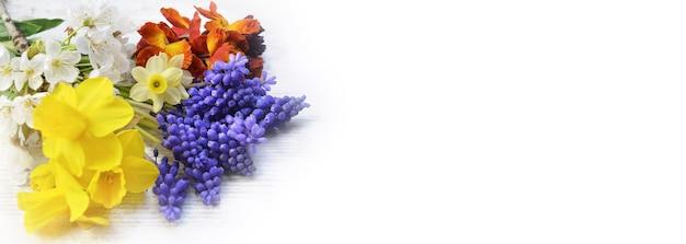 Grazioso bouquet di fiori freschi raccolti in giardino