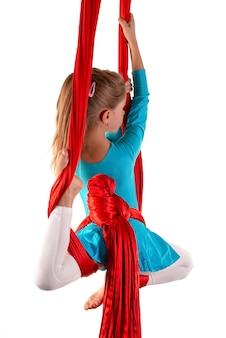 Bambina graziosa in un vestito relativo alla ginnastica blu