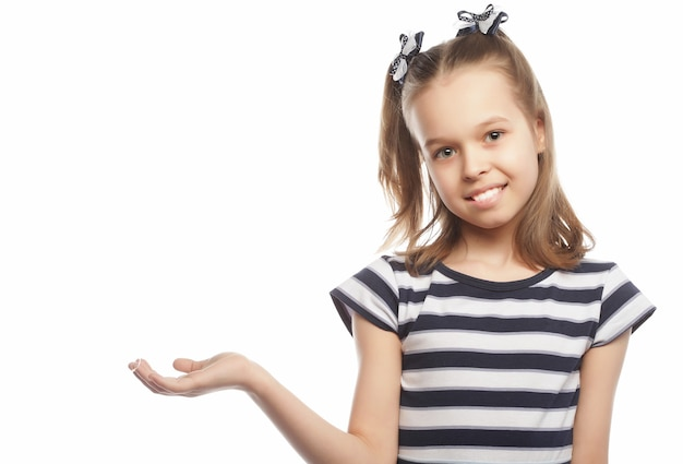 Bambina graziosa, bambino felice, girato in studio