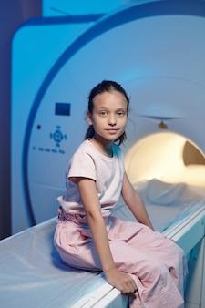 Bella bambina in attesa di visita medica nelle cliniche