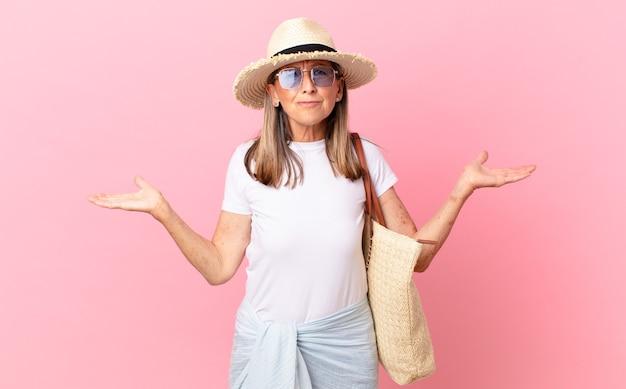 Bella donna di mezza età che si sente perplessa, confusa e dubbiosa. concetto di estate