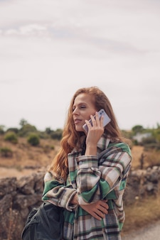 Una bella modella chiama con il suo telefono